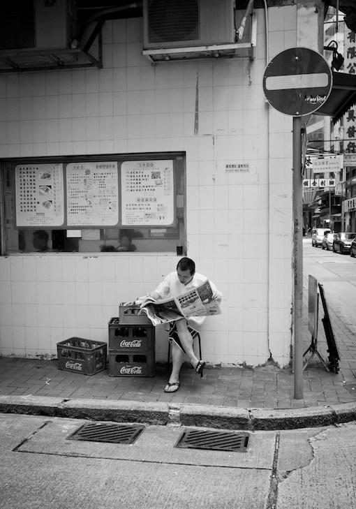 Membaca Koran Cetak Pagi Hari