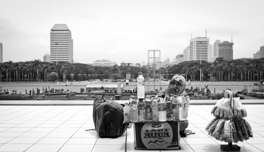 Berjualan di Pelataran Monas by ARO
