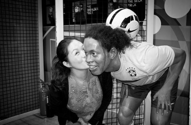 Mencium Ronaldinho by ARO