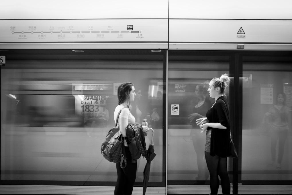 menunggu kereta
